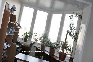 Офис с цветами на балконе