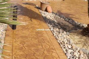 Дорожка из натурального камня вскрытая лаком после работ