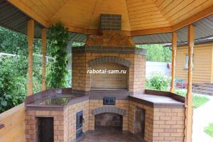 Роскошный кирпичный мангал, сделанный своими руками на дачу, установленный на фундаменте, с дровницей и раковиной