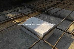 Правильное перекрытие сливной ямы делается из бетона с выводами под трубы для выкачки