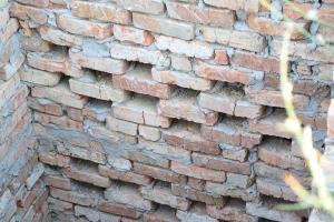Изготовляем стены для септика из красного кирпича