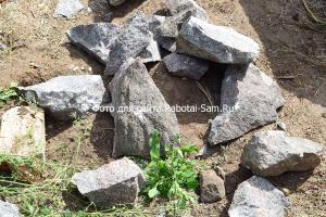 Разбиваем большие камни для забутовки ленточного фундамента