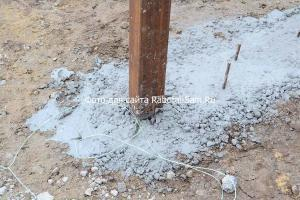 Столбы под ворота ставятся сразу в фундамент под кирпичный забор, чтобы быть максимально прочными