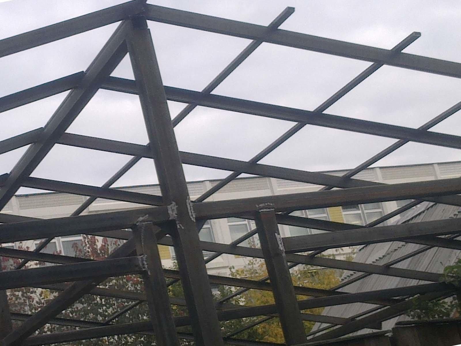 Свариваем металлическую обрешетку крыши беседки