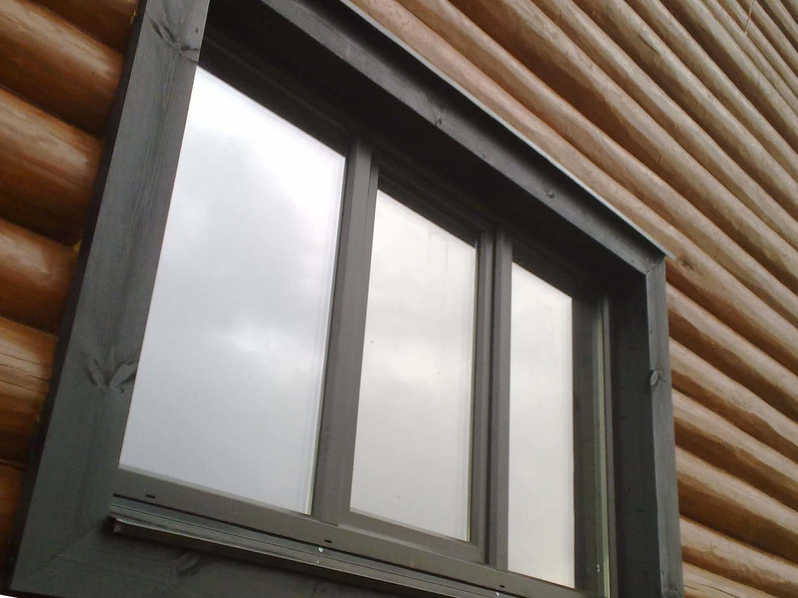 Красивое пластиковое окно в доме из дерева