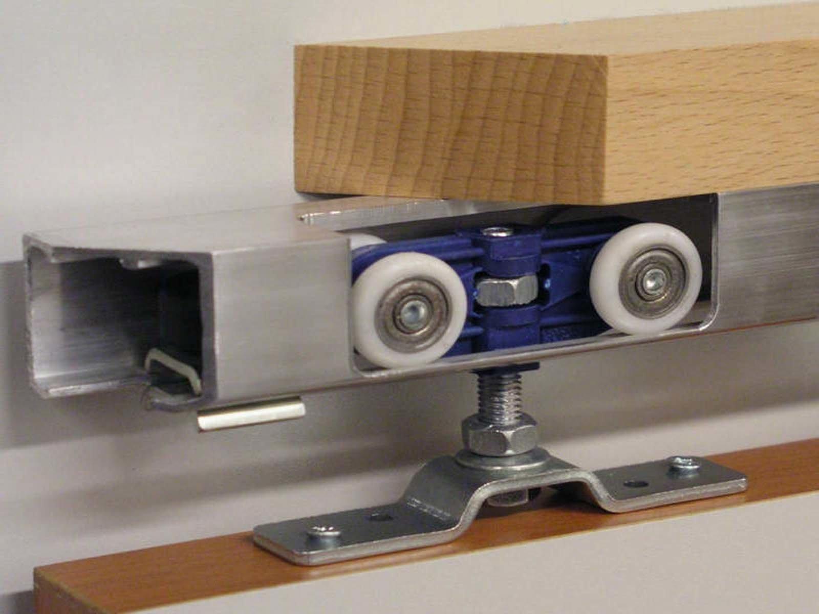 Монтаж верхней направляющей вместе с деревянным бруском