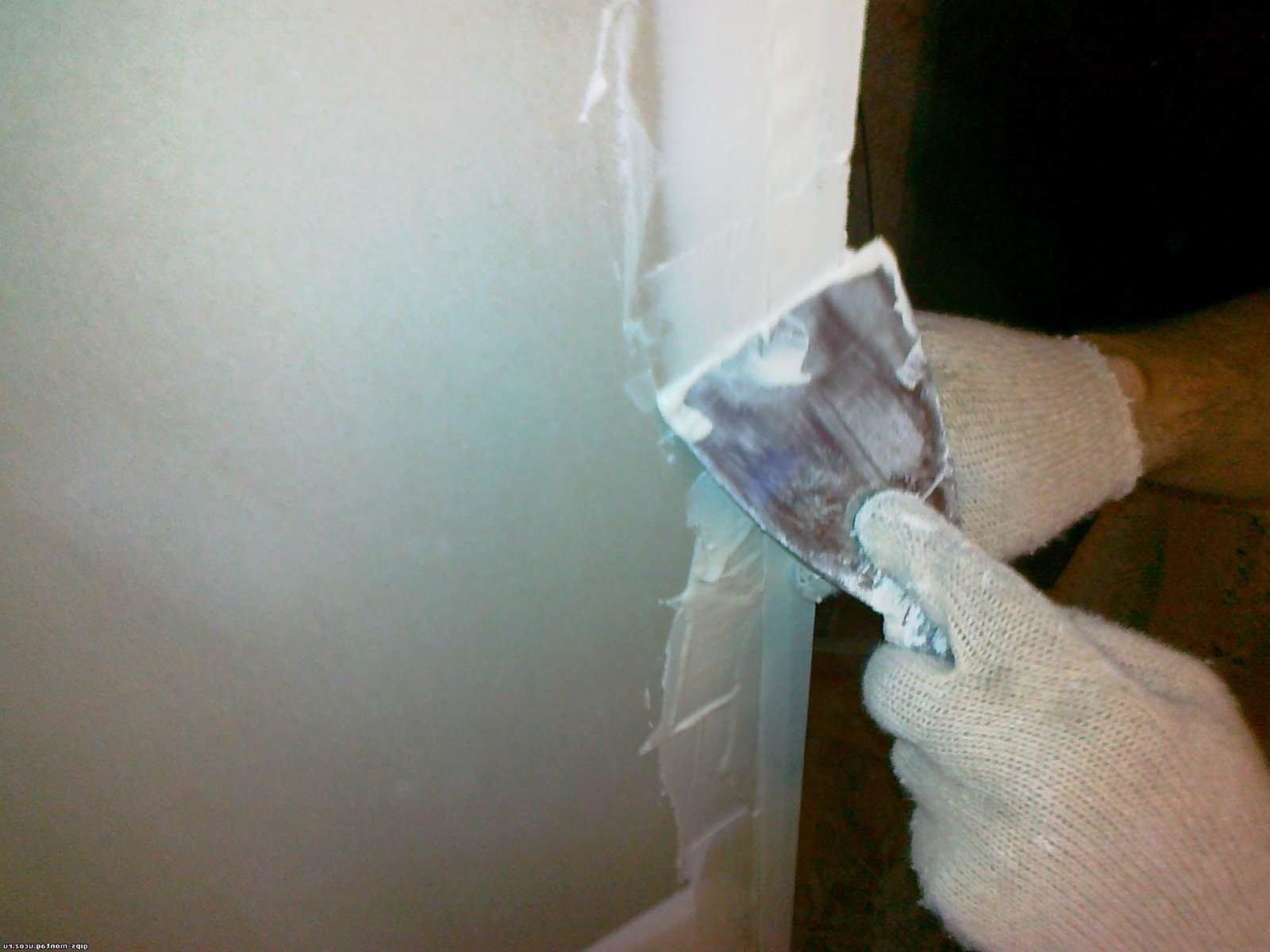 После демонтажа старой двери и коробки, необходимо выровнять углы