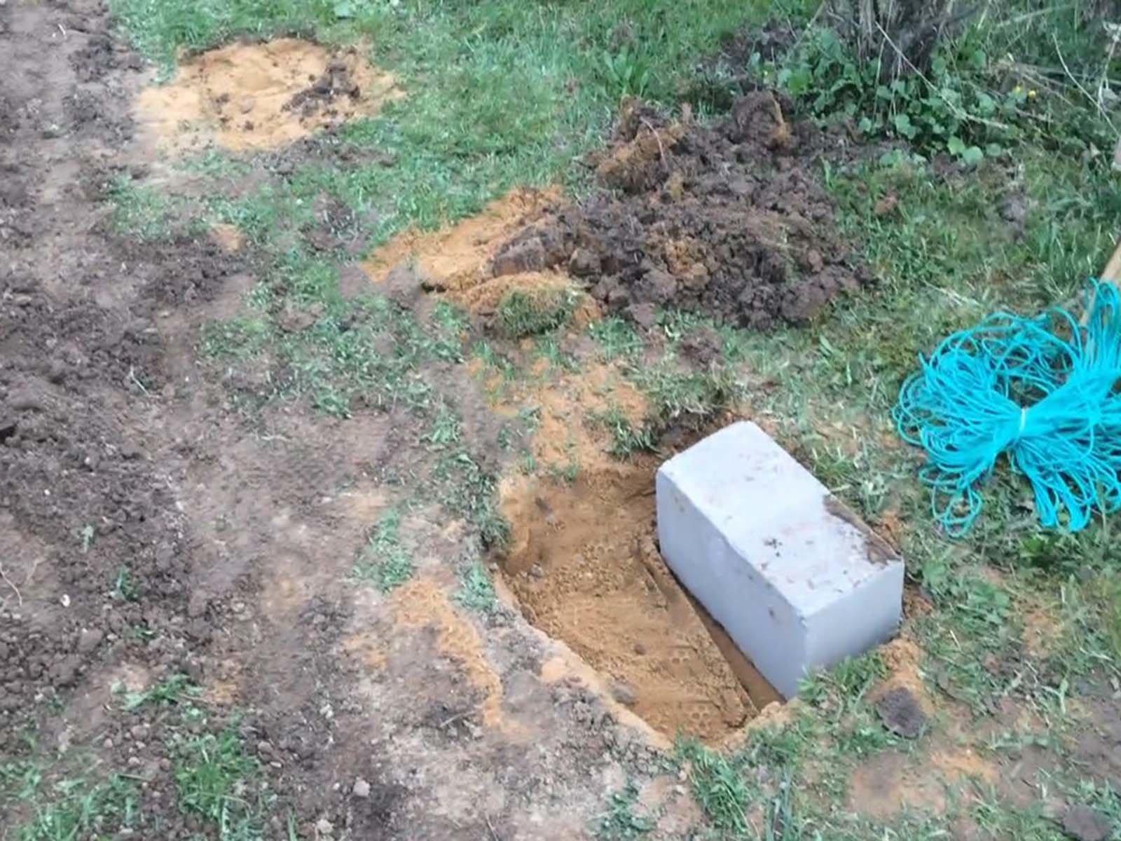 Фундамент дровницы выполняем из шлакоблока