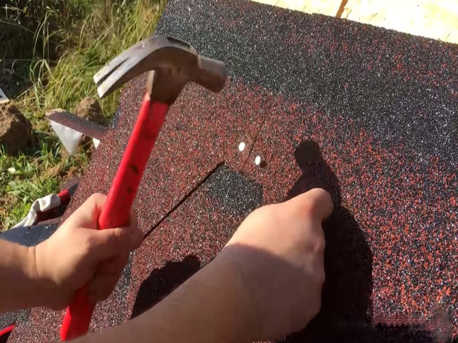 Производим монтаж битумной черепицы на крышу дровницы