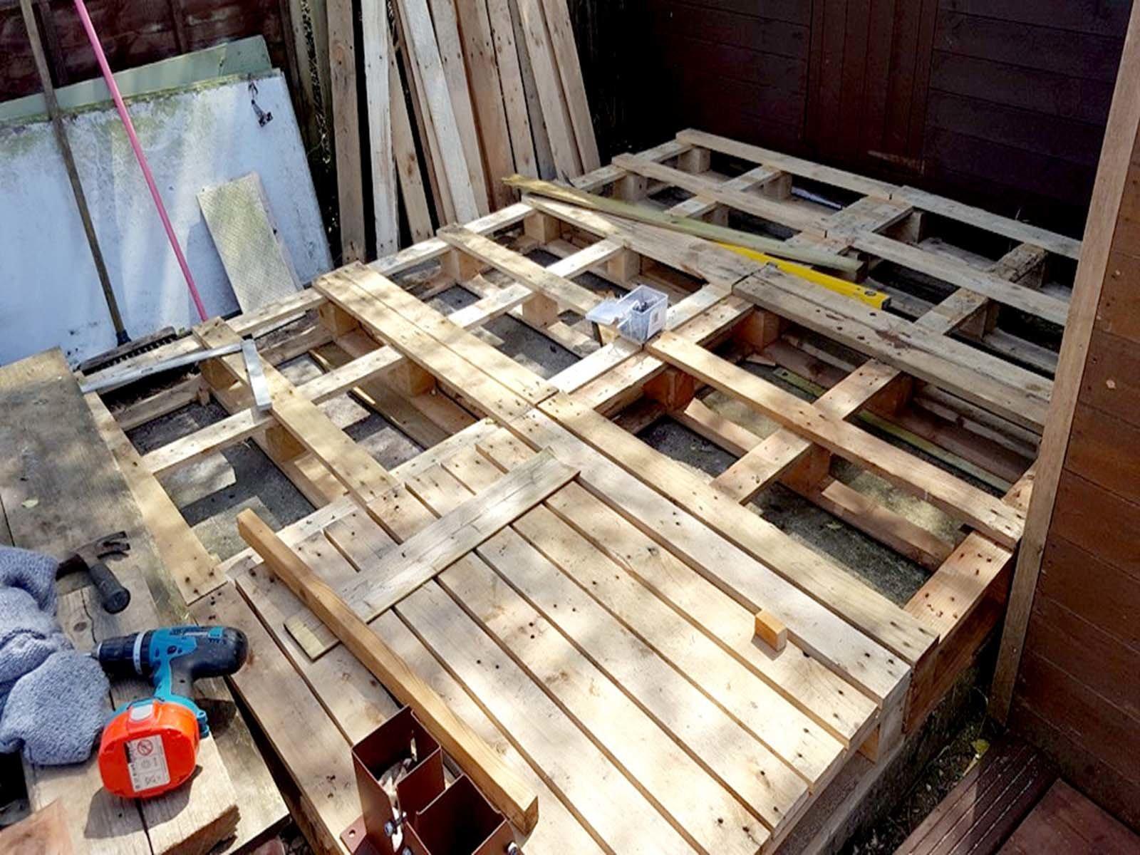 Делаем пол деревянной дровницы из старых паллет