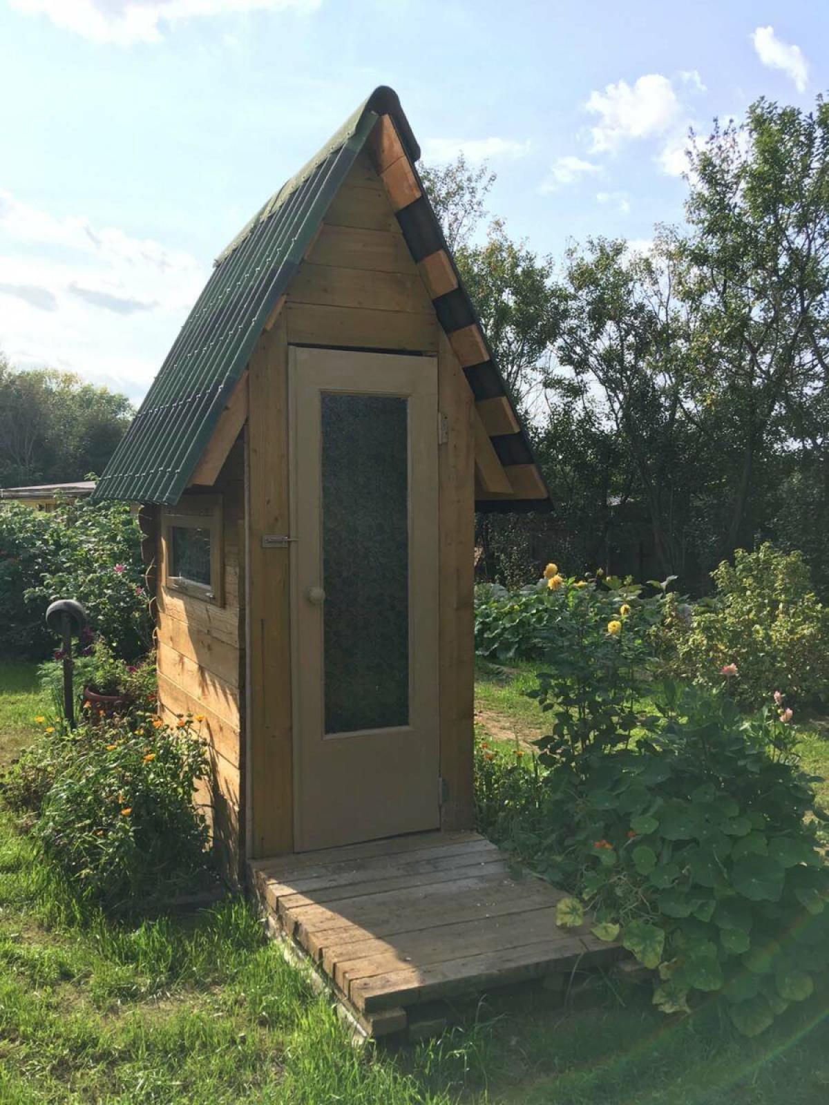 Установка двери в дачный туалет