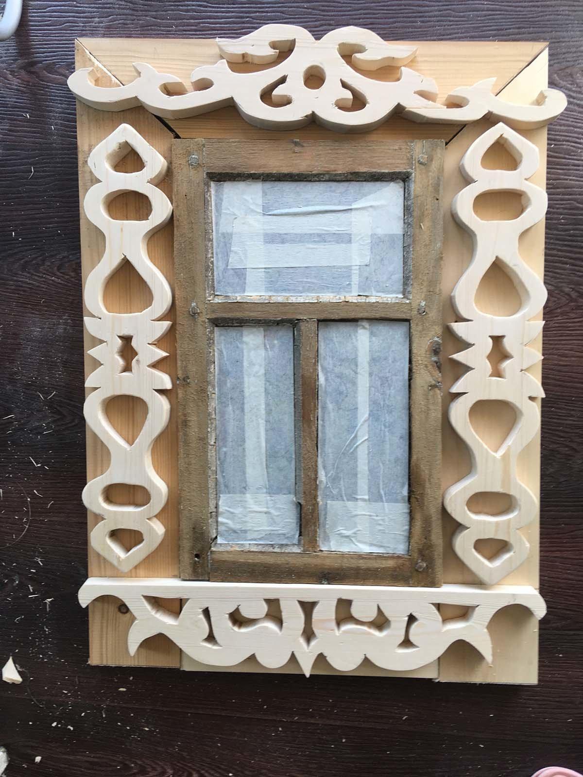 Декорируем окна деревянного самодельного туалета