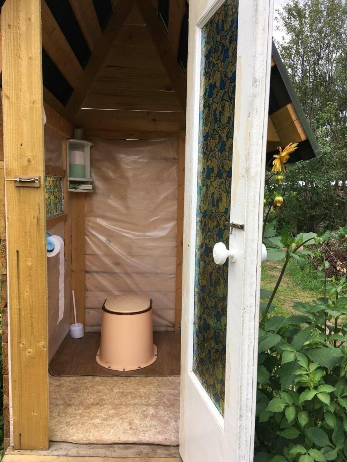 Начало внутренних работ в самодельном деревянном дачном туалете