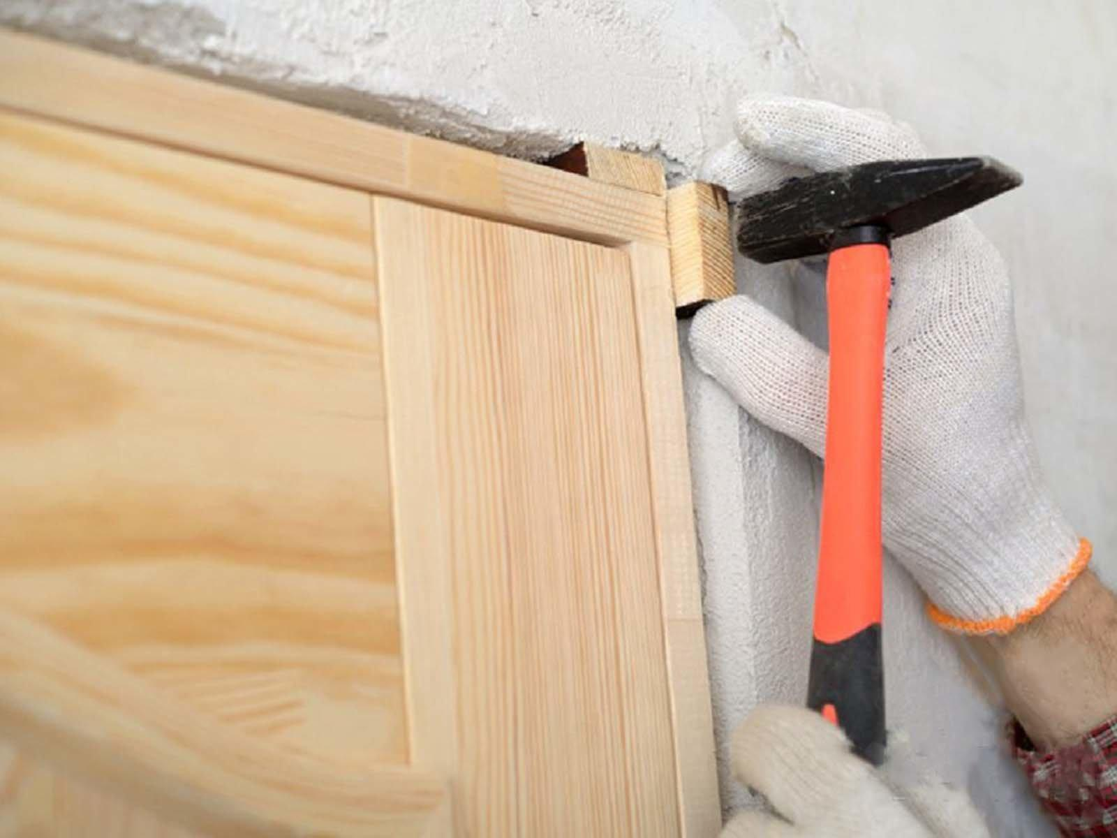 Устанавливаем дверную коробку в проем и регулируем