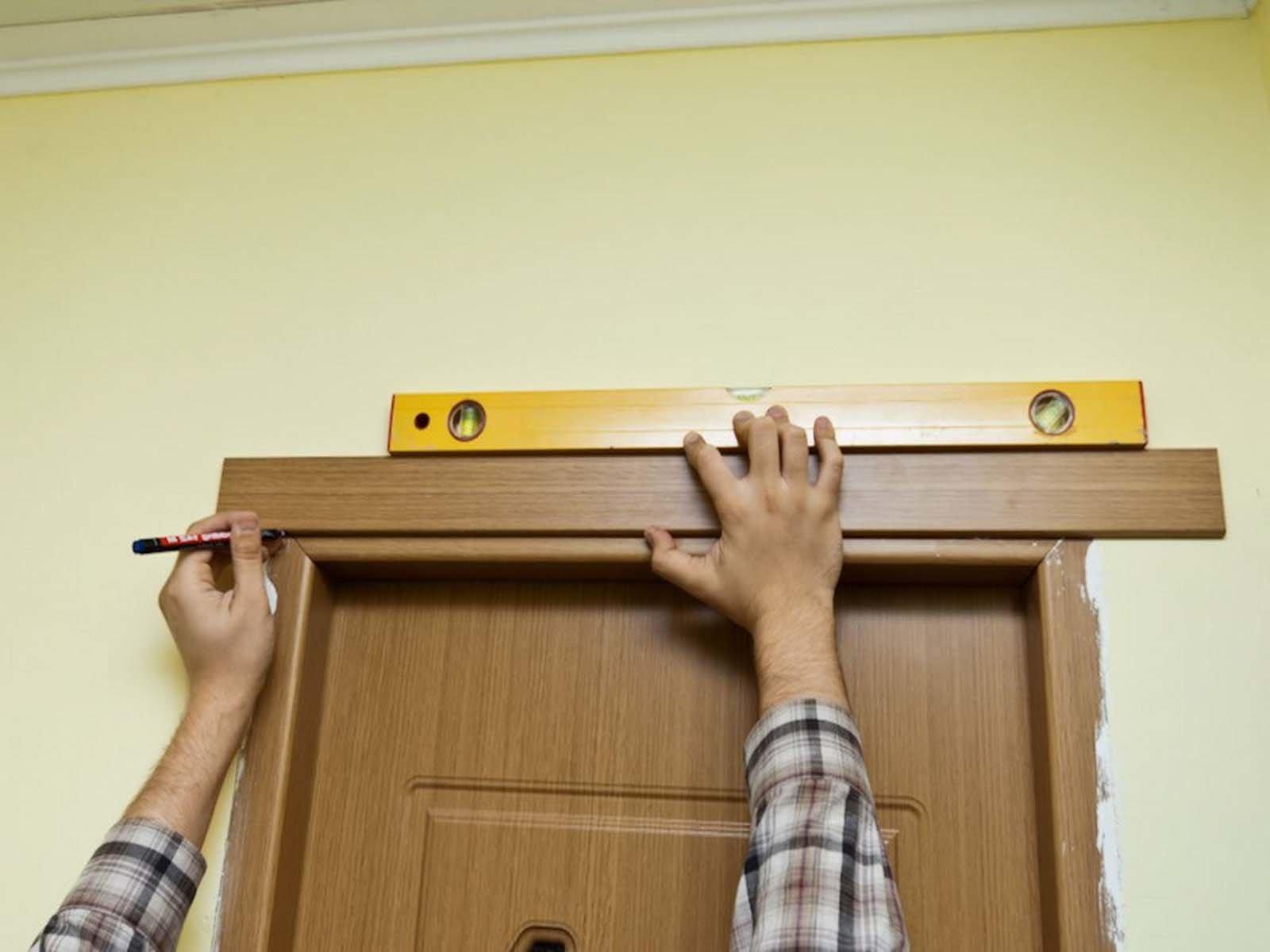 Устанавливаем деревянные наличники на двери
