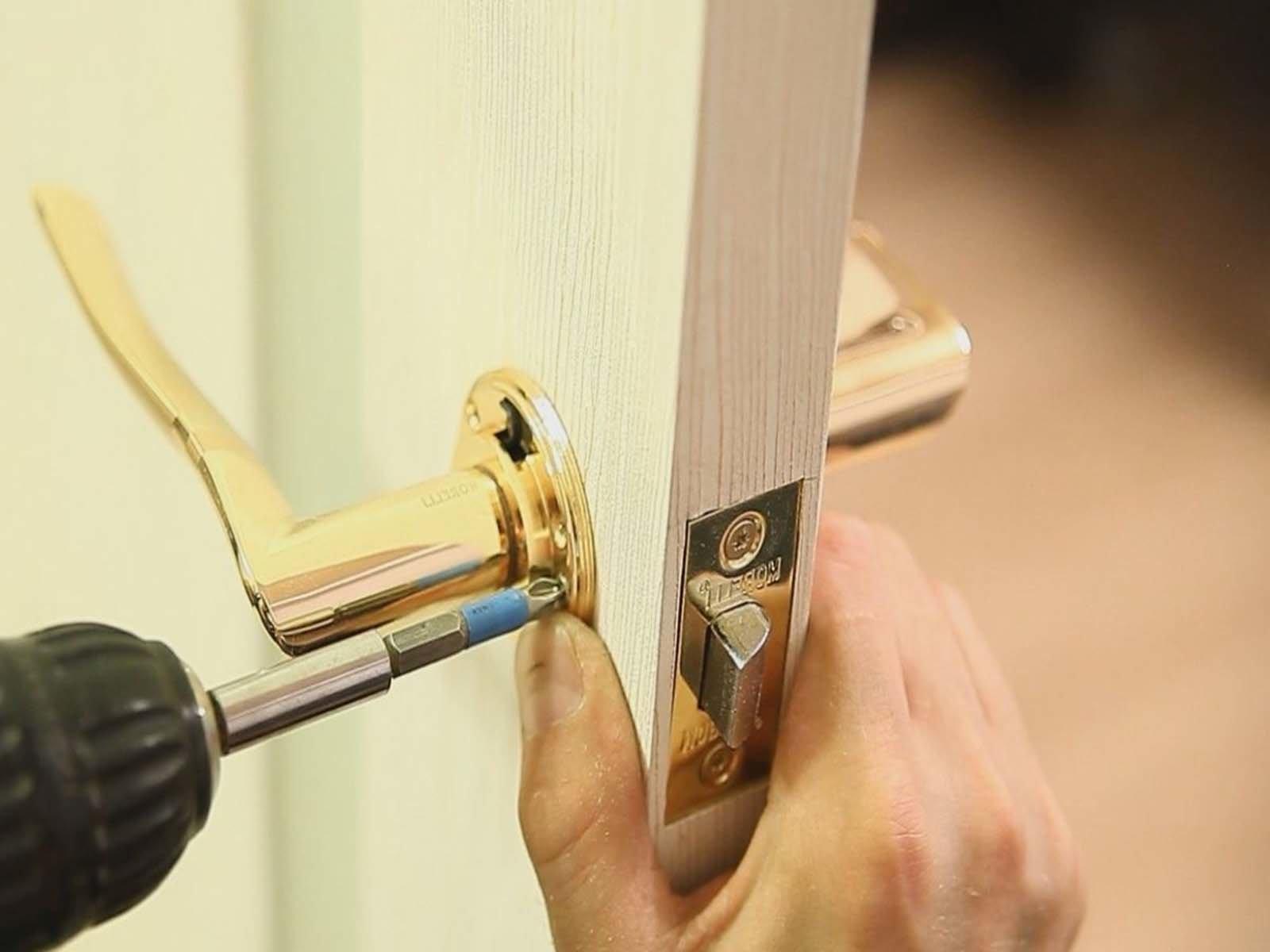 Простая установка ручки в межкомнатную дверь