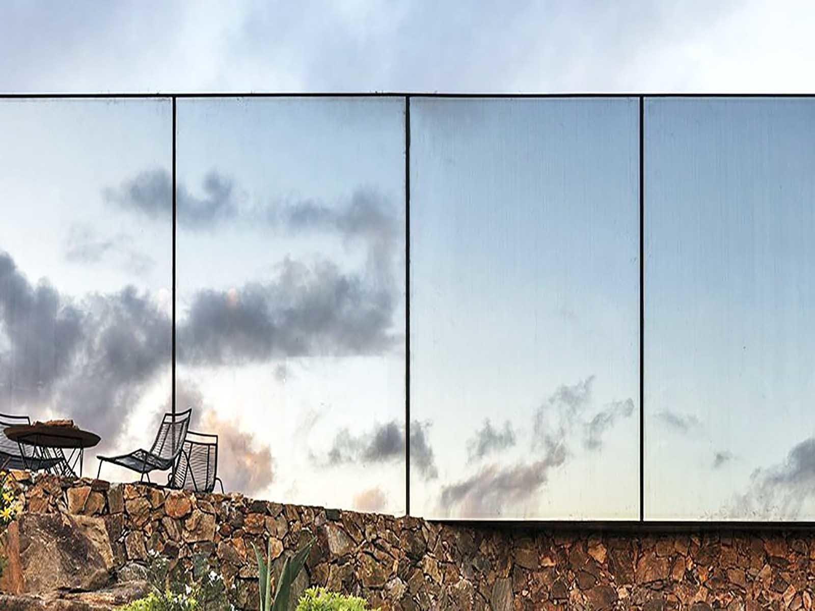 Эко отель находится в горах и сделан из стекла и зеленых насаждений