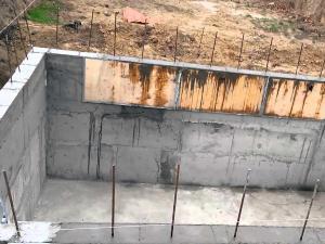 Пол и стены самодельного погреба