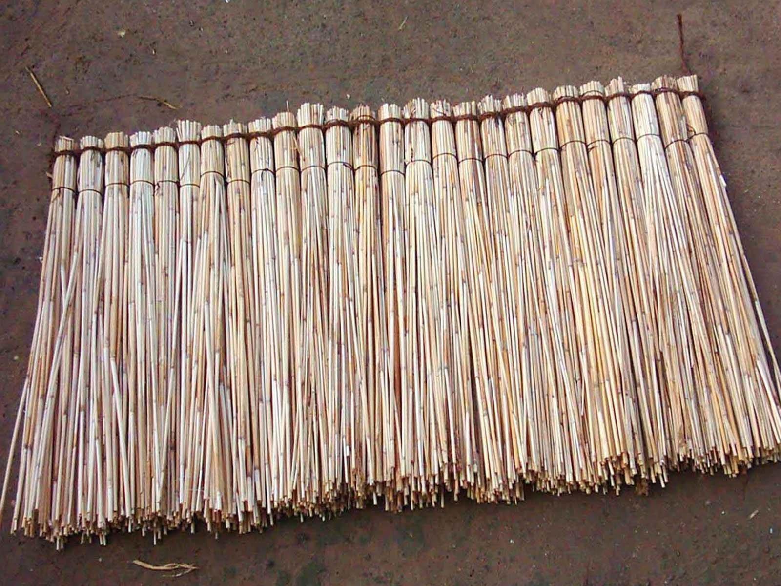 Связываем камыш в пучки для изготовления крыши