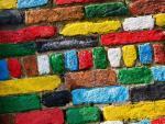 Стройка из разноцветного клинкерного кирпича