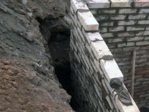 Промежуток между землей и стеной для глины