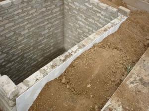 Стены самодельного подвала из белого кирпича высокого качества