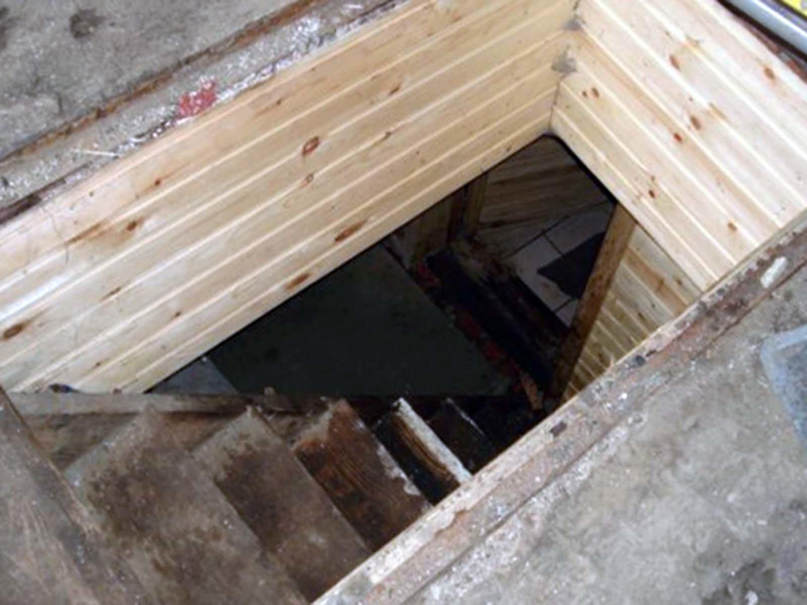 Ступеньки в дачный подвал
