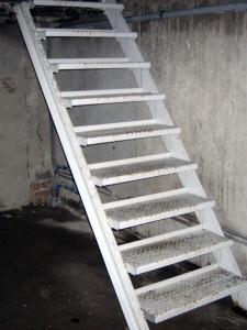 Железная лестница в погреб на дачу