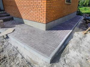 Создаем отмостку вокруг дома из бетонных плиток.