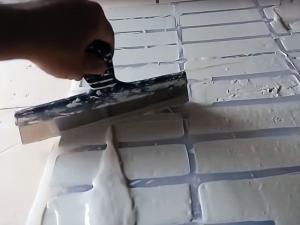 Разливание гипсового раствора для производства кирпича