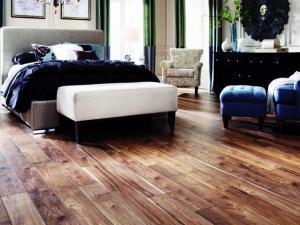 Особенности водостойкого ламината и покрытие пола в спальне