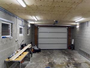 Естественное и ламповое освещение в гараже.