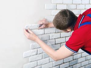 Ложим правильно гипсовый кирпич на стены