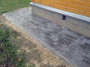 Покрытие отмостки бетонной плиткой.