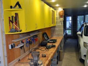 Мебель в гараже для хранения инструментов.