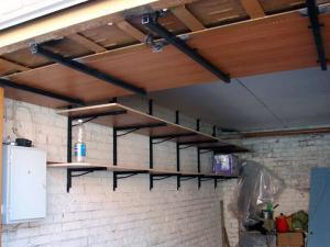 Мебель в гараже для хранения гаражных принадлежностей.