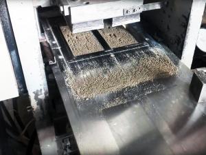 Прессование смеси для создания прессованного кирпича.