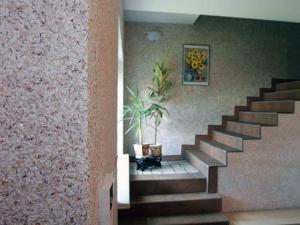 Декорируем интерьер комнаты жидкими обоями