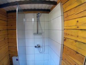 Открытая душевая кабинка в деревянном доме