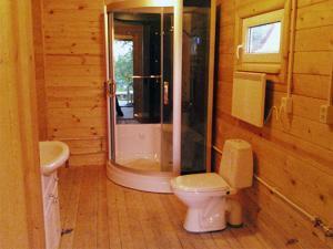Закрытая душевая кабинка в деревянном доме