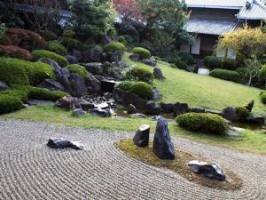 Создание бороздок в каменном саду