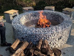 Кострище из каменного габиона