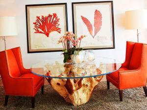 Коралловые стулья в гостиной