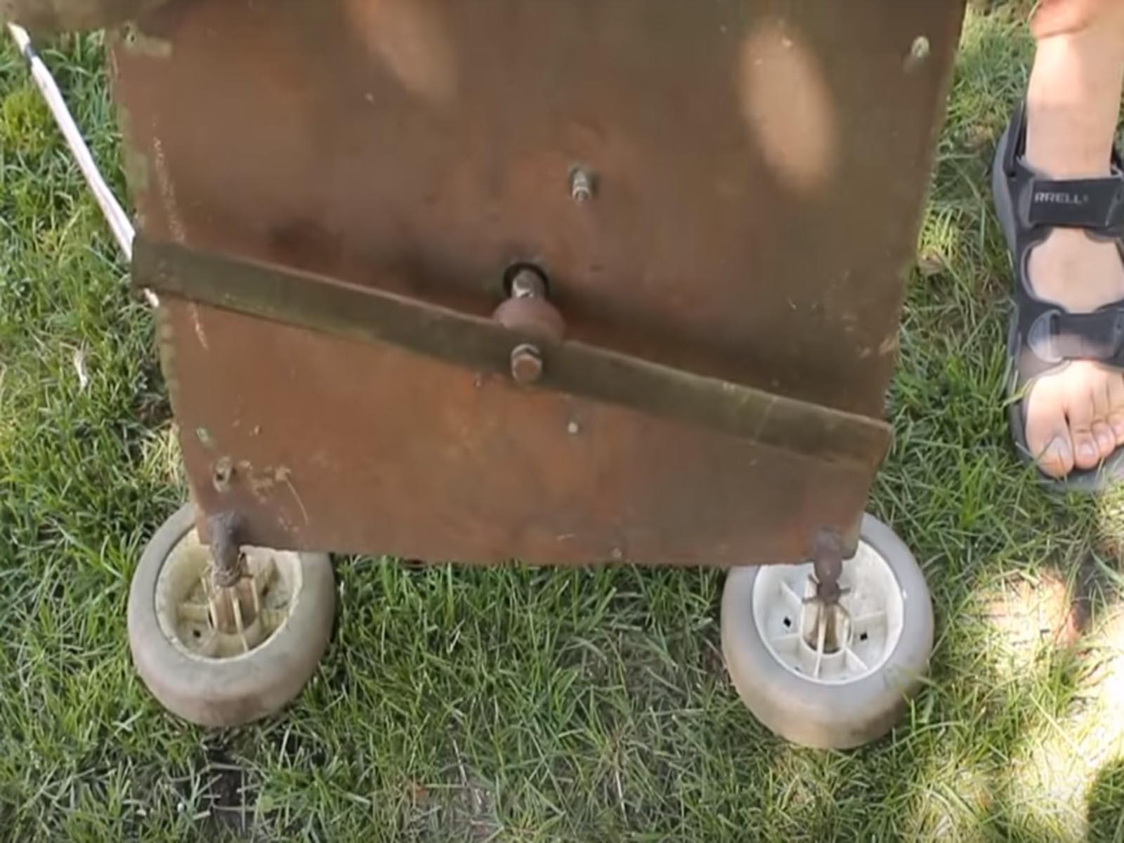 Так выглядит готовое крепление самодельного ножа газонокосилки