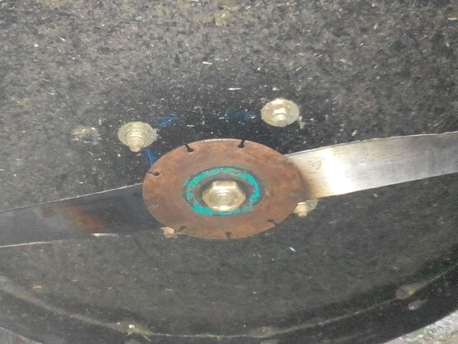 Крепим нож газонокосилки на валу двигателя