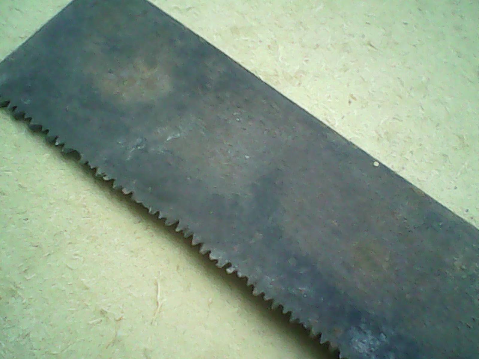 В качестве ножа для газонокосилки берем ножовку старую