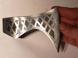 Готовый орнамент на топоре викинга