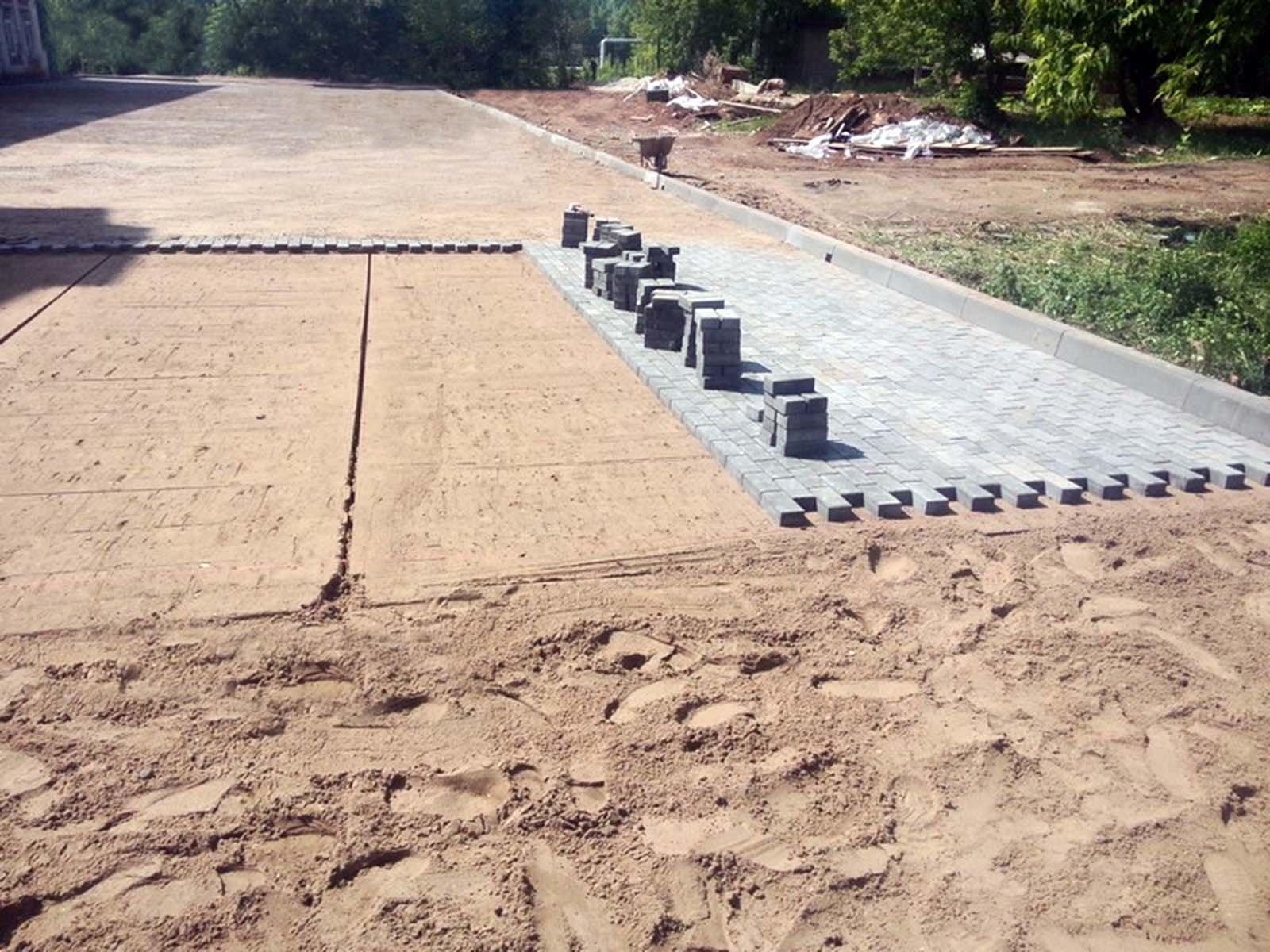 Трамбовка и создание песчаной подушки перед укладкой плитки
