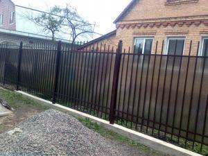 Полупрозрачный забор из поликарбоната на участке
