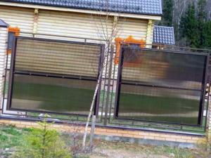 Секционный поликарбонатный забор на участке